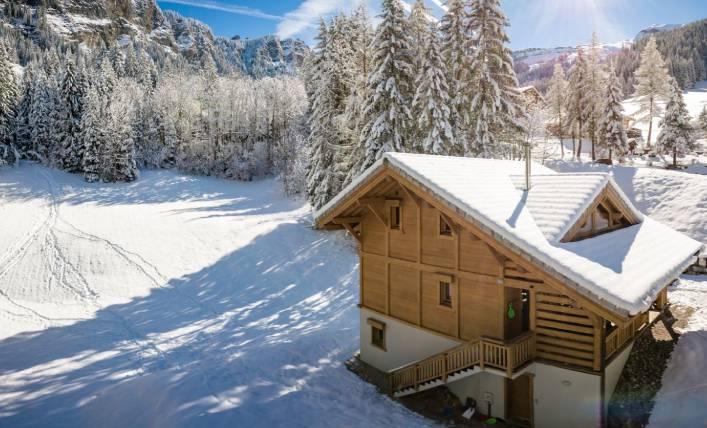 Les Prodains Chalet Lanterne in the snow